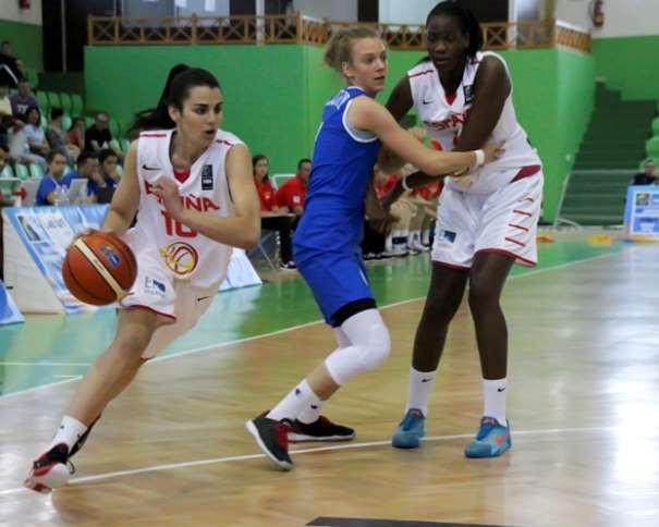 En esta foto podemos ver a 2 de las Líderes de esta Selección FEB U20 Femenina que está disputando el Europeo Femenino U20 de FIBA EUrope en la isla de Lanzarote, en las Localidades de Teguise y Tinajo, Leticia Romero y Nogaye Lo