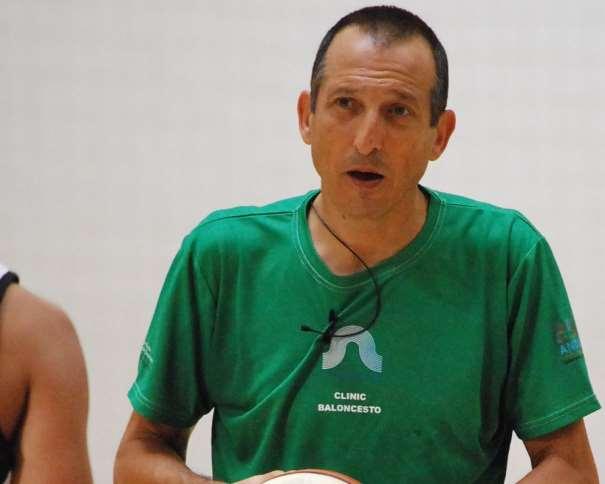 En esta foto se puede ver a Salva Maldonado durante un momento de la Conferencia Inaugural del III Clínic Baloncesto Campus Ourense de ayer, sábado, 4 de julio