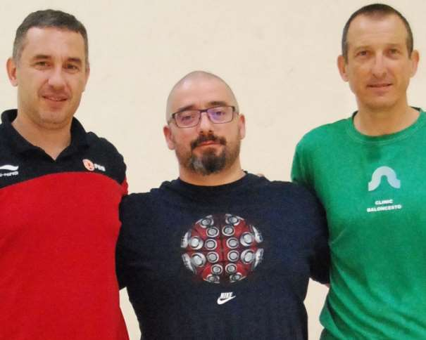 En esta foto, tomada por devuestrobasket, podemos ver a los 3 Conferenciantes del III Clínic (para Entrenadores) Campus Ourense, celebrado en julio de 2015: de izquierda a derecha, Jota Cuspinera, Jesús Sala y Salva Maldonado