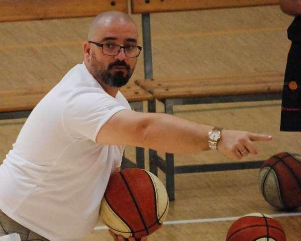 En esta foto se puede ver a Jesús Sala durante un momento de la Segunda Conferencia del III Clínic Baloncesto Campus Ourense de ayer, sábado, 4 de julio