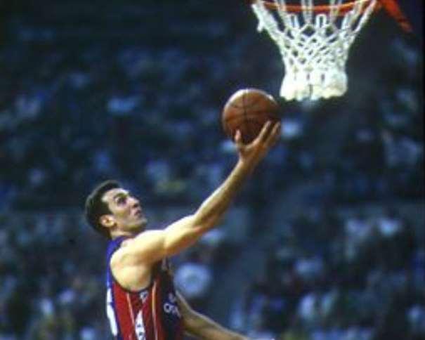 En esta foto podemos ver al Mítico Epi, ex-Jugador del Barcelona, realizando una entrada a canasta, en solitario, sin oposición, en una imagen que de haber sido tomada en la NBA hubiera sido convertida en un icono representativo, como el de Michael Jordan o el de Jerry West