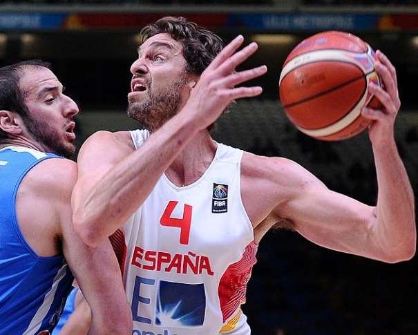 En esta foto podemos ver a Pau Gasol, el Jugador del Partido (¿y de los Cuartos de Final?) en acción de poste bajo medio intentando ser defendido por el Pívot griego Kostas Kufós, en el Partido de Cuartos de Final que supuso que se conociera la Primera Semifinalista de este EuroBasket 2015, en Lille
