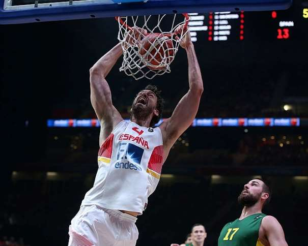 En esta foto vemos cómo Pau Gasol Machaca, hace un Mate, en la Final del EuroBasket 2015, en Lille, Final en la que ganaron el Oro ante Lituania, en la presencia de Ionas Valanchiuunas y mientras Paulius Iankuunas observa la jugada