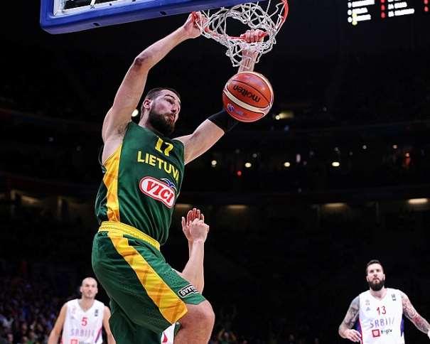 En esta foto podemos ver al pívot lituano Ionas Valanchiuunas haciendo un Mate en el Partido de Semifinales del EuroBasket 2015, en Lille, en el Partido en el que Lituania Derrotó a Serbia apartándola de la Final y relegándola a tener que jugar por la Medalla de Bronce
