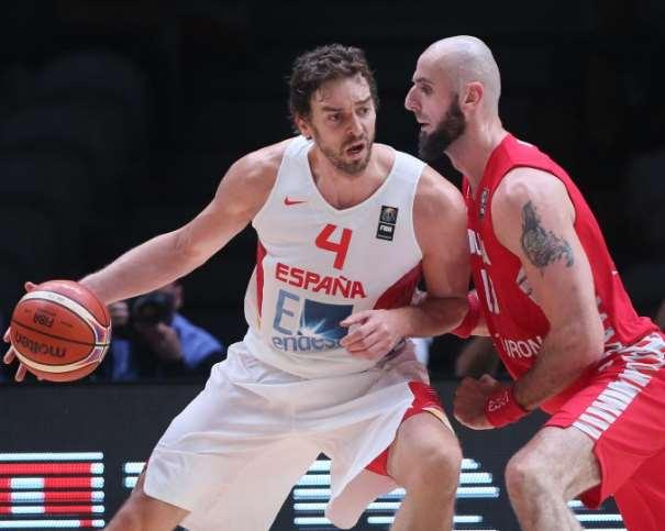 En esta foto podemos ver a Pau Gasol, el Jugador del Partido (¿y de los Octavos de Final?) en acción de aproximación a canasta, en el Partido Eliminatorio disputado en la Fase Final de este EuroBasket 2015, en Lille. El NBA polaco trata de defenderle