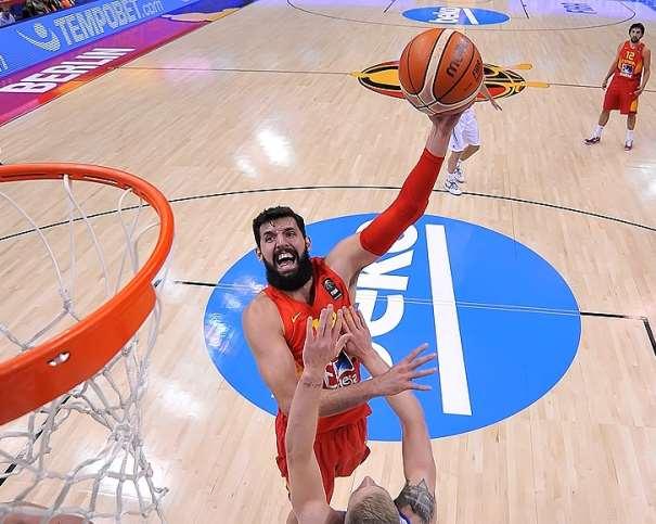 En esta foto podemos ver a Nikola Mírotitch en acción de anotar canasta ante Islandia en el Partido de la Cuarta Jornada de la Fase de Grupos, en Berlín, en el Grupo B de este EuroBasket 2015. De fondo, Sergio Llull observa la jugada