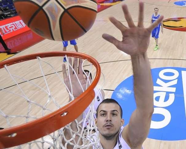 La Estrella de la Selección serbia, Némaña Biélitsa ejecuta un lanzamiento a canasta, sin Oposición, muy cerquita del aro, en el Partido de la Tercera Jornada del Grupo B de este EuroBasket 2015, en Berlin