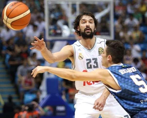 En esta foto podemos ver a Sergio Llull ejecutando un pase, con la oposición de un Defensor del Baurú, durante el Segundo Partido de la Copa Intercontinental de Clubes FIBA 2015 de la que el Madrid ha conseguido ser el Segundo Equipo Europeo en conseguirla