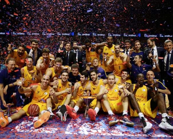 En esta foto podemos ver a los 14 Jugadores Integrantes del Barcelona, Campeón de la XII Supercopa ACB (el Último Título de 2015, el Primero de la Temporada ACB 2015-2016), la Tercera que se disputa en Málaga, al Derrotar, por una Diferencia de 18 Puntos, que llegó a ser de hasta 24, al Anfitrión, el Málaga