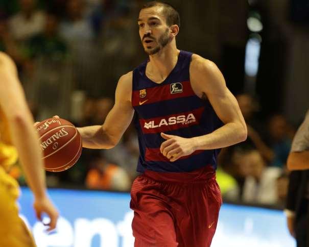 En esta foto podemos ver a Pau Ribas, sobre el que se le preguntó a su Entrenador, Xavi Pascual, en la Rueda de Prensa postpartido, Jugador del Barcelona, conduciendo el Balón
