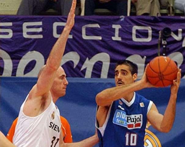 En esta foto podemos ver a Berni Tamames, ex jugador del Lleida ACB, ante Pat Burke, en Madrid, en Vistalegre, el 20 de marzo de 2005, día en el que fueron Derrotados por 83 a 65