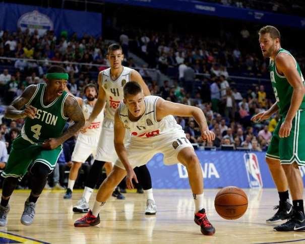 En esta foto podemos ver al alero serbio Dino Radonchitch en su Debut con el Madrid, ante los Boston Celtics de la NBA, Debut con Derrota. De fondo, Vili Hernangómez y Sergio Llull