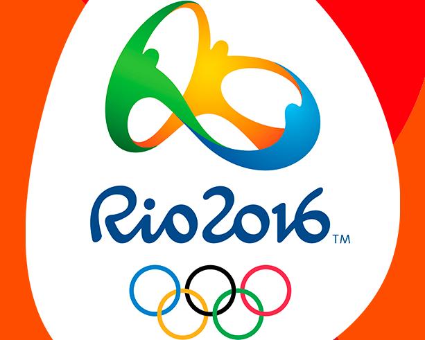 En esta imagen podemos ver el Logo de los Juegos Olímpicos de Río de Janeiro 2016, junto a los Anillos Olímpicos, 5, cada uno de un color distinto: azul, negro, rojo, amarillo y verde (de izquierda a derecha y de arriba a abajo)