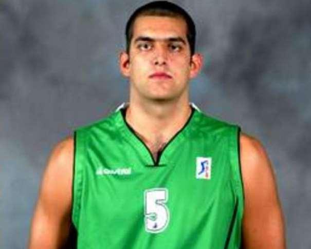 En esta foto podemos ver a Juan Sanguino, en la Foto Oficial de la Temporada 2002-2003, con la camiseta del Cáceres