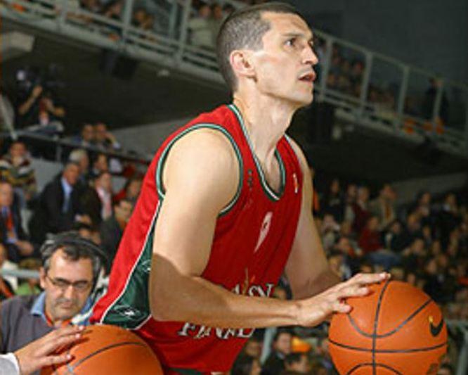 En esta imagen podemos ver a Raúl Pérez apuntando para lanzar, en el Concurso de Triples de Alicante de 2002