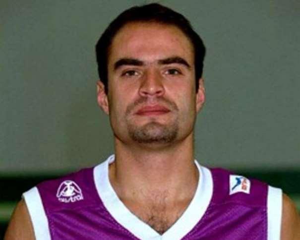 En esta foto podemos ver el posado del fallecido Lalo García que realizan todos los Jugadores de la Liga ACB con la camiseta de sus Equipos al Inicio de cada Temporada, en este caso, con el color morado de la camiseta del Valladolid, color comunero, color republicano