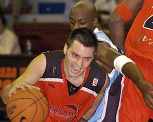 En esta foto, del 10 de octubre de 2004, vemos como Javi Salgado se va, con bote y tras bloqueo directo, de Joseph Gomis, jugador del Breogán ACB