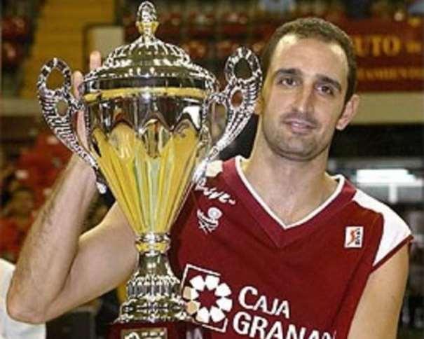 En esta foto podemos ver a Dani Romero con la Copa de Andalucía conseguida por el Granada en septiembre de 2004