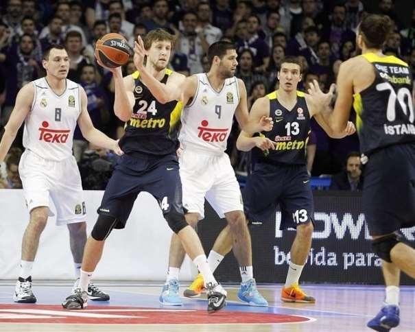 En esta foto podemos ver a Ian Veselii, con balón, junto a Felipe Reyes, Ionas Machiulis, Bogdan Bogdanovitch y Luigi Datome