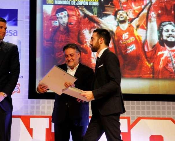 En esta foto podemos ver el Momento en el que David Sardinero hace entrega de un recuerdo a Pepu Hernández y a Felipe Reyes. Vemos cómo Pepu lo mira ilusionado