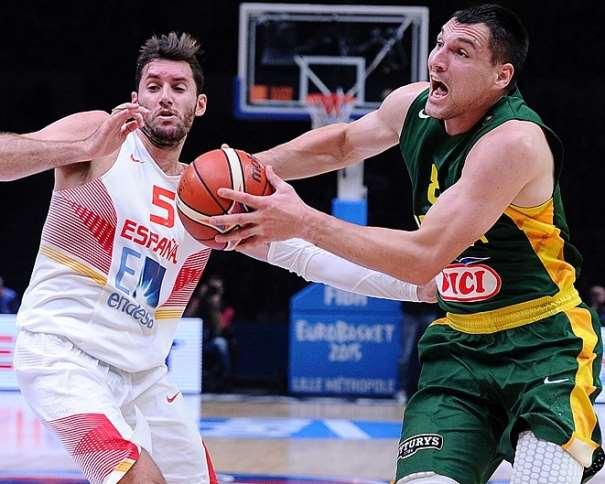 En esta foto podemos ver cómo Ionas Machiulis, con balón, supera a su compañero de club, Rudy Fernández, en la Final del EuroBasket 2015 en la que consiguió la Medalla de Plata