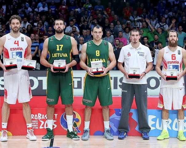 En esta foto podemos ver a los 5 integrantes del Quinteto Ideal del EuroBasket 2015: Pau Gasol (MVP), Ionas Valanchiuunas, Machiulis, Nando de Colo y Sergio Rodríguez