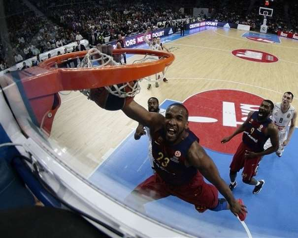 En esta foto podemos ver cómo el jamaicano Samardo Samuels Machaca el aro del Madrid con aplastante superioridad, sin ningún tipo de oposición