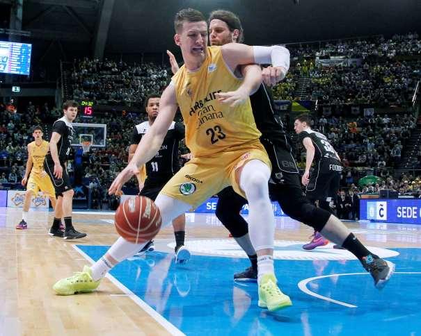 """En esta foto podemos ver a Alen Omic en una acción del Partido de Semifinales de esta Copa ACB 2016 de A Coruña (""""del Obradoiro""""), posteando, con bote , con mano derecha, atacando hacia línea de fondo, hacia su hombro izquierdo, en el lado derecho del ataque del Gran Canaria, a puntito de encarar el aro, la canasta"""