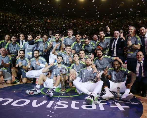 En esta foto podemos ver a Todos y cada uno de los 15 Jugadores (además de a los 11 Integrantes de los cuerpos técnico y Médico) del Madrid celebrando, en la pista, la consecución de su Título de Campeones de Copa ACB 2016