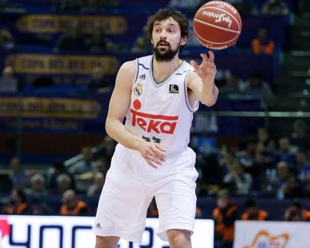 """En esta foto podemos ver a Sergio Llull dando un pase durante la Segunda Semifinal de la Copa ACB 2016 de A Coruña, """"del Obradoiro"""""""