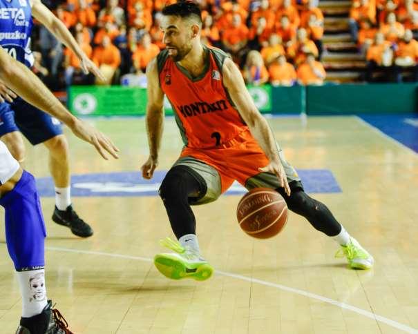 En esta foto podemos ver a Marko Pópovitch en una acción de juego del Último Partido disputado por el Fuenlabrada, el de la Jornada 18, el Primero desde el Sorteo de la Copa ACB 2016 que se celebrará en A Coruña y en la que el Obradoiro será el Anfitrión. Bota con Mano izquierda