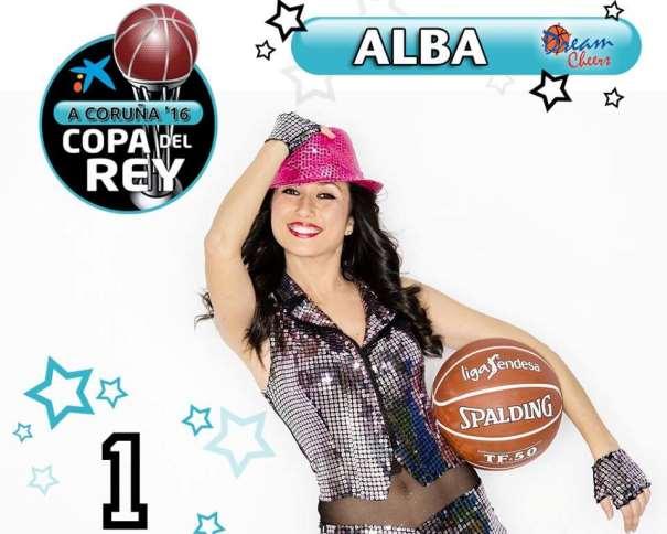 En esta foto podemos ver a Alba, Dream Cheer, con sombreo y balón