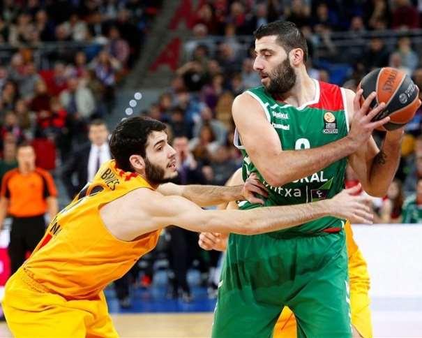 En esta foto podemos ver cómo Yánis Burúsis protege el balón ante la Defensa de Àlex Abrines