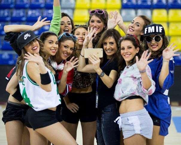 En esta foto podemos ver a las Dream Cheers y a su Entrenadora, Eva Martínez, saludando a la cámara para la foto