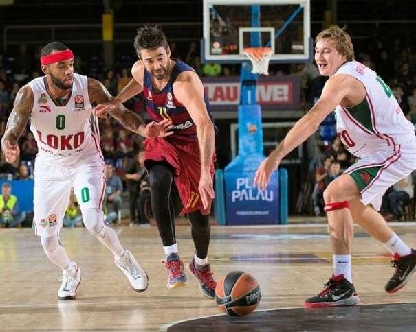En esta foto podemos ver a Juan Carlos Navarro, Jugador del Barcelona, yéndose de 2 defensores del Lokomotiv Kuban en el Palau Blaugrana