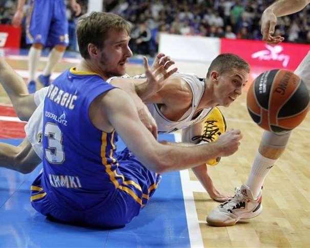 En esta foto podemos ver cómo Jaycee Carroll y Ssóran Dráguitch tratan de hacerse con el balón, ambos desde el suelo