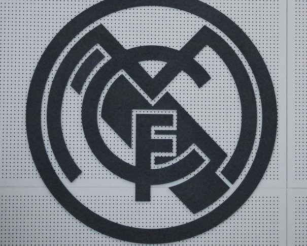 """En esta foto podemos ver un detalle de uno de los escudos del Madrid que decoran la la Sala de Ruedas de Prensa del Pabellón de Baloncesto de la Ciudad Deportiva de Valdebebas, en concreto, el situado sobre la pared, con fondo """"calado"""" para mejorar el sonido de la misma y evitar reverberaciones"""