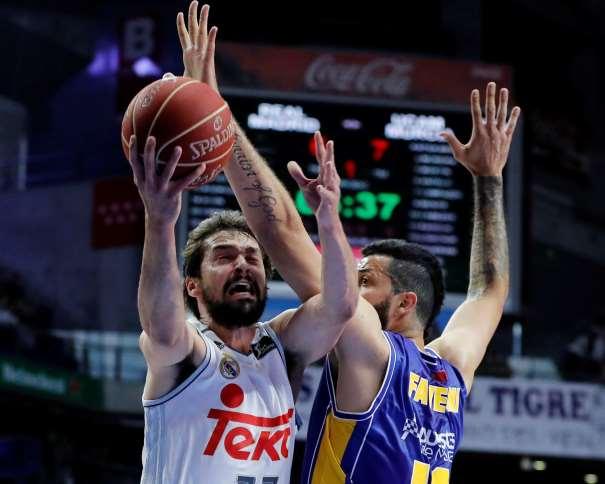 En esta foto podemos ver el momento en el que se le señaliza Falta a Vitor Faverani sobre la entrada a canasta, con mano derecha, de Sergio Llull