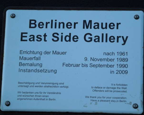 En esta foto podemos leer: It is forbidden to deface or damage the Wall. Offenders will be prosecuted. We thank you for your cooperation. Have a pleasant stay in Berlin (Está prohibido estropear o dañar el Muro. Los infractores serán encausados. Les damos las gracias por su cooperación. Tengan una agradable estancia en Berlín)