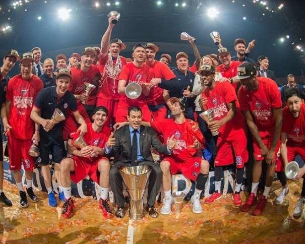 En esta foto podemos ver a Todos los Jugadores del TsSKA, junto a su Entrenador y a la Copa de Campeones de la Final Four de la Euroliga de este año, 2016, en Berlín