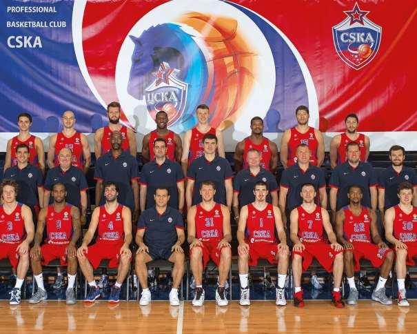 En esta foto podemos ver a los 16 Jugadores del TsSKA, junto a su Entrenador
