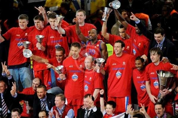 En esta foto podemos ver a los Jugadores del TsSKA con su trofeo de Campeones de la Euroliga 2008