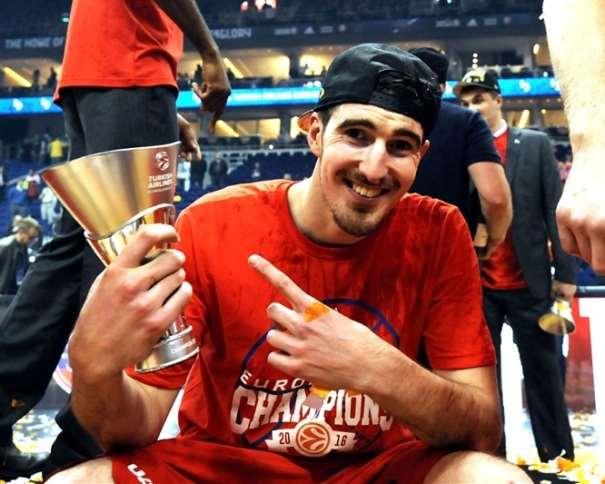En esta foto podemos ver a Nando de Colo, sonriente tras haber conseguido ser Campeón de la Euroliga con el TsSKA