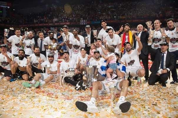 En esta foto podemos ver a los Jugadores (y al resto del Equipo: Entrenadores...) del Madrid con su trofeo de Campeones de la Euroliga 2015