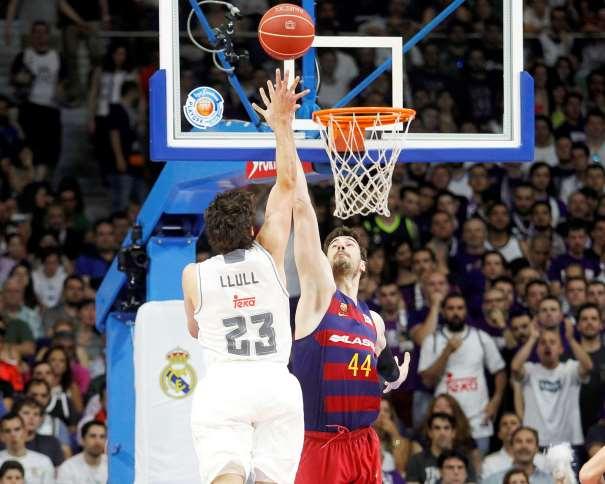 En esta foto podemos ver al MVP del Playoff Final ACB 2016 ejecutando un tiro por elevación, con su mano derecha, ante el intento de tapón de su ex-compañero Ante Tómitch