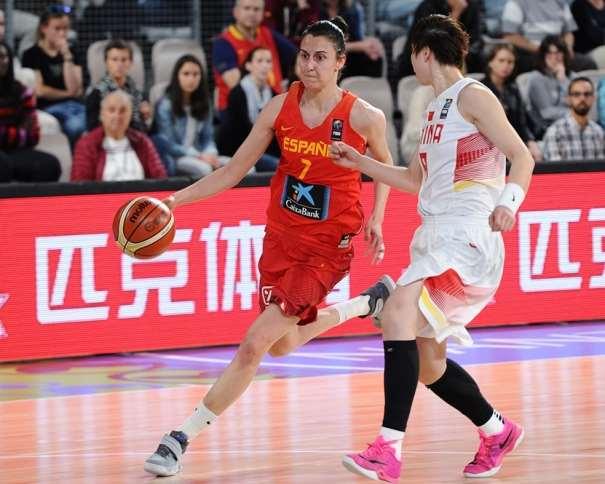 En esta foto podemos ver a Alba Turréns, conduciendo el balón, con mano derecha, en el Primer Partido del Preolímpico Femenino 2016, 12-team Women's Olympic Qualifying Tournament, WOQT