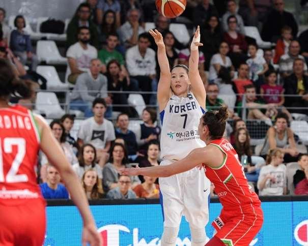 En esta foto podemos ver a la coreana Ajeong Kang ejecutando un lanzamiento a canasta, sin demasiada oposición por parte de ninguna de las defensoras de Bielorrusia, Selección a la que Derrotaron, Consiguiendo, con esa Victoria, su Clasificación para los Cuartos de Final del Preolímpico Femenino y manteniendo sus opciones de Clasificación para los Juegos Olímpicos de Río 2016