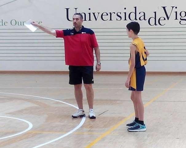 En esta foto podemos ver a Jota Cuspinera durante su Segunda Conferencia de la Cuarta Edición del Clínic de Baloncesto Campus Ourense (Ataques en 14 Segundos), tras la sobremesa del sábado 02 de julio de 2016