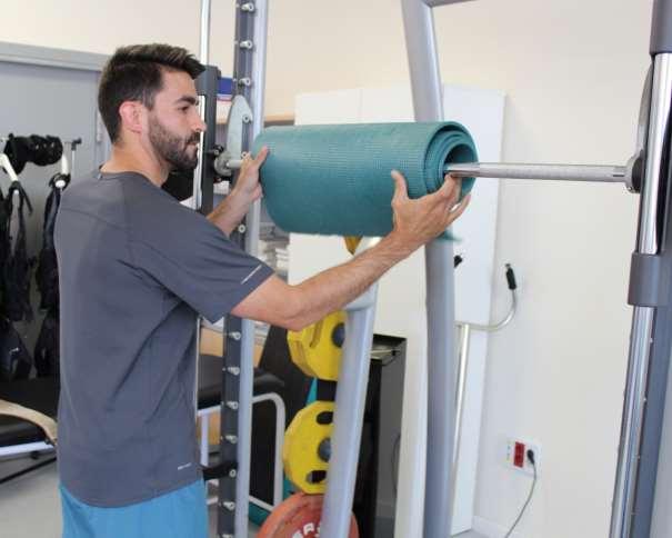 En esta foto podemos ver cómo Alejandro García Toledo amortigua la barra de pesas para que los Jugadores no sufran daños con su trabajo