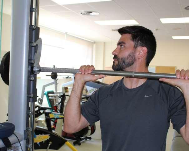 En esta foto podemos ver cómo Alejandro García Toledo prepara la barra de pesas para tenerla lista para poder realizar su trabajo